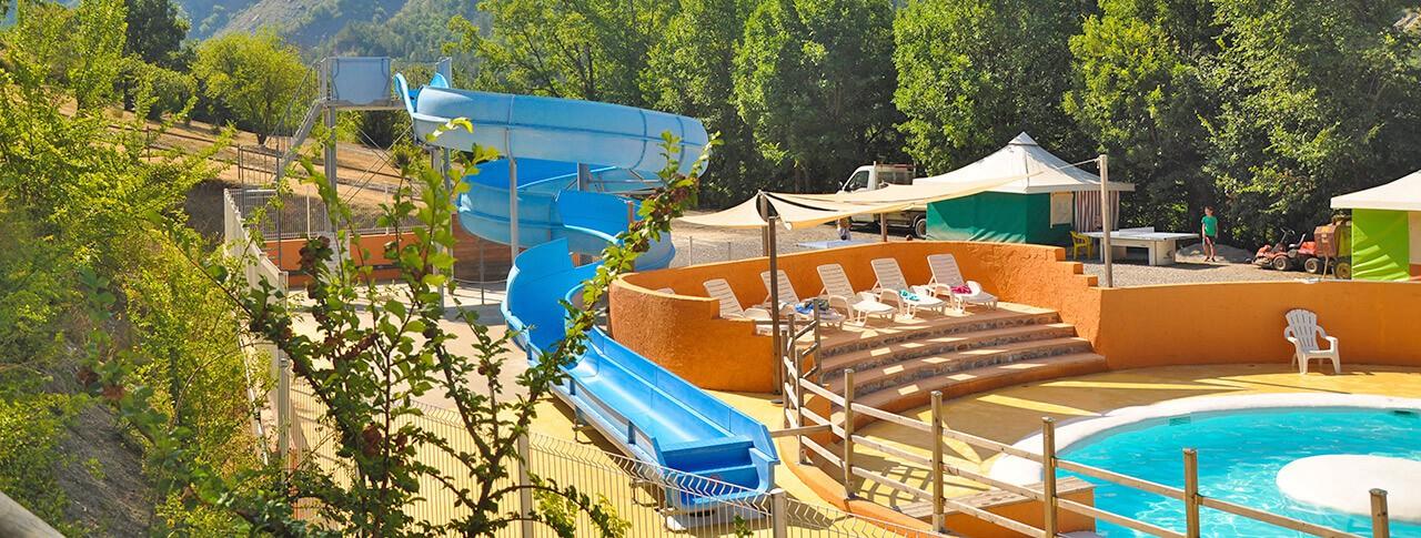 camping-le-clot-du-jay-piscine-toboggans.jpg
