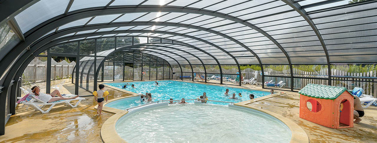 camping-kergariou-piscine-couverte-pataugeoire