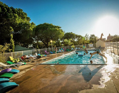 Camping le mas de mourgues vauvert gard languedoc for Journee piscine