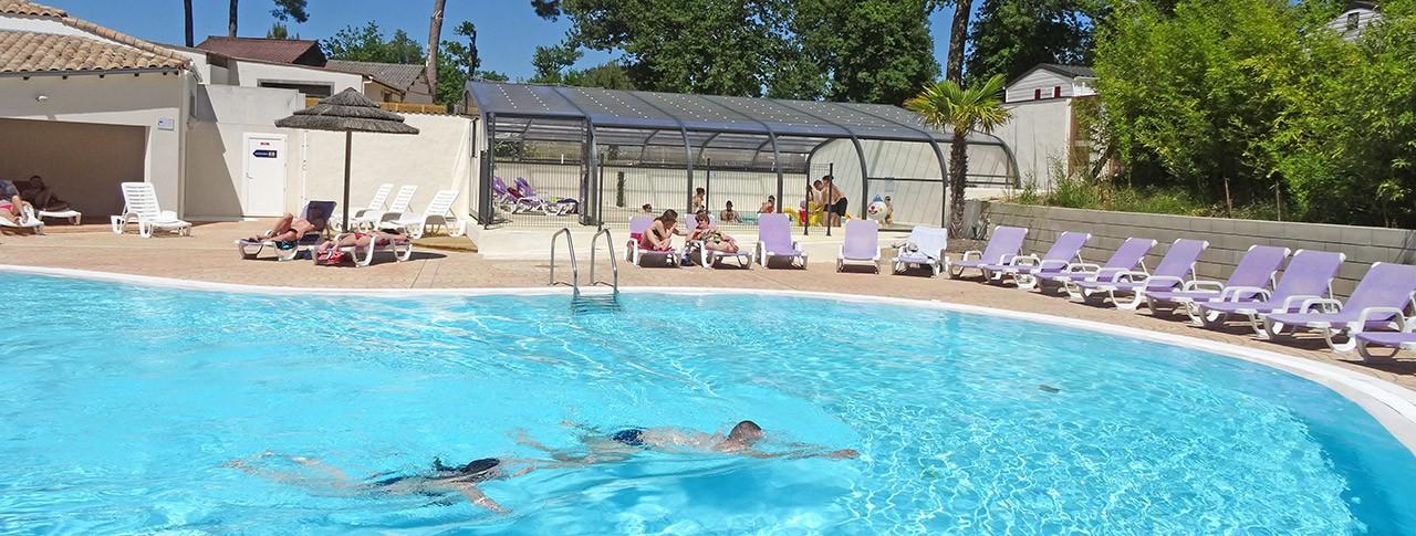 Camping Les Côtes de Saintonge piscine extérieure et piscine couverte chauffée